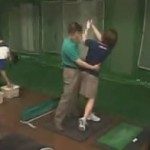 丸出しの股間を女ゴルファーに押し付けるセクハラ練習場
