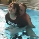 ナンパで捕まえた娘をプールサイドで油断させ引きずりこんで水中で無理矢理挿入