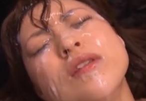 何度も連続で顔射され見る間に白濁に汚されていくニーソ娘
