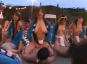 男根崇拝の祭り会場で男女が絡み合い酒池肉林の宴を繰り広げる