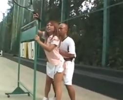 テニスコートの点数掲示板の裏で声を押し殺しながらの野外青姦プレイ