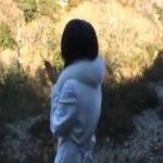 風光明媚な山の中でコート一枚の下の卑猥なランジェリー姿を露出撮影