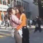 人通りの多い交差点でディープキスしながらスカートをたくし上げるレズカップル