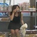 スーパーの売り場で周りを伺いながら恐る恐る着替え全裸になる様を撮影される女子校生