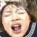 セーラー服姿のオナニー女子校生に絶え間なく降り注ぐスペルマシャワー