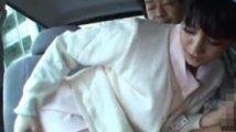 狭い車の中でフェラチオさせられる看護婦が外から丸見え状態で尻を弄られ羞恥に悶える