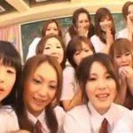十三人の女子校生の前で股間露出し入れ替わりフェラさせるハーレム御奉仕教室