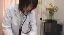 診察中に大きくなった男の勃起を目にして興奮し息を荒げて目が離せなくなった女医のフェラチオ