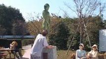 公園のど真ん中で銅像のふりをしながら大股開いての公開羞恥オナニー