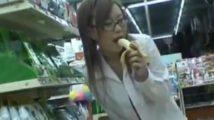 営業中のコンビにでメガネの女子校生がバナナフェラしながら下着を下ろし羞恥オナニー