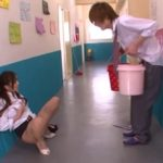廊下にバケツ持って立たせた男子生徒の前でオナニーして誘惑する関西弁の女教師